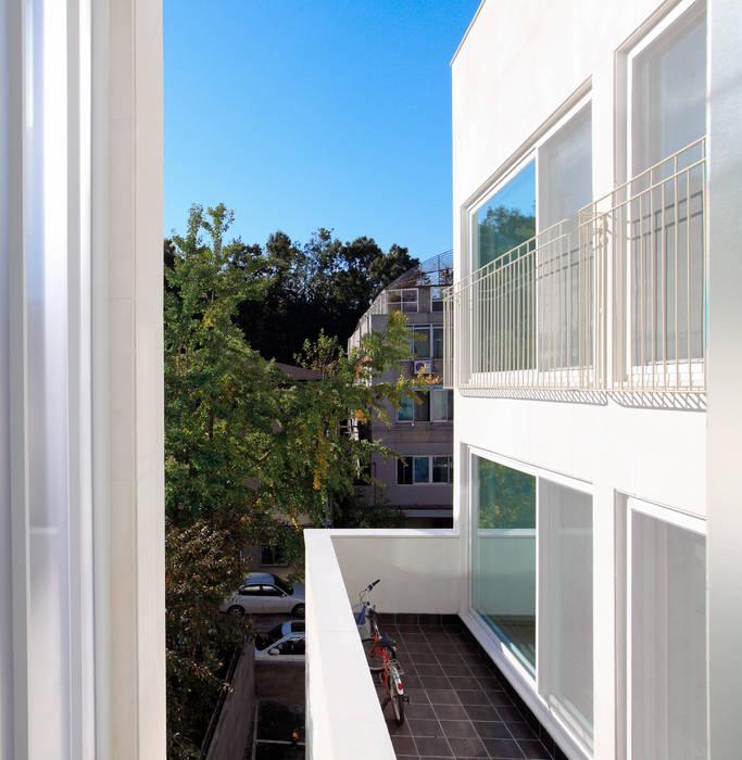2층 다가구 테라스 모던스타일 발코니, 베란다 & 테라스 by 현앤전 건축사 사무소(HYUN AND JEON ARCHITECTURAL OFFICE ) 모던