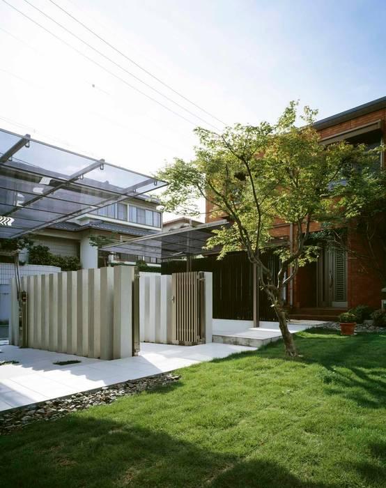 モミジを中心とした 外回り空間の設計: sotoDesign  株式会社竹本造園が手掛けた家です。