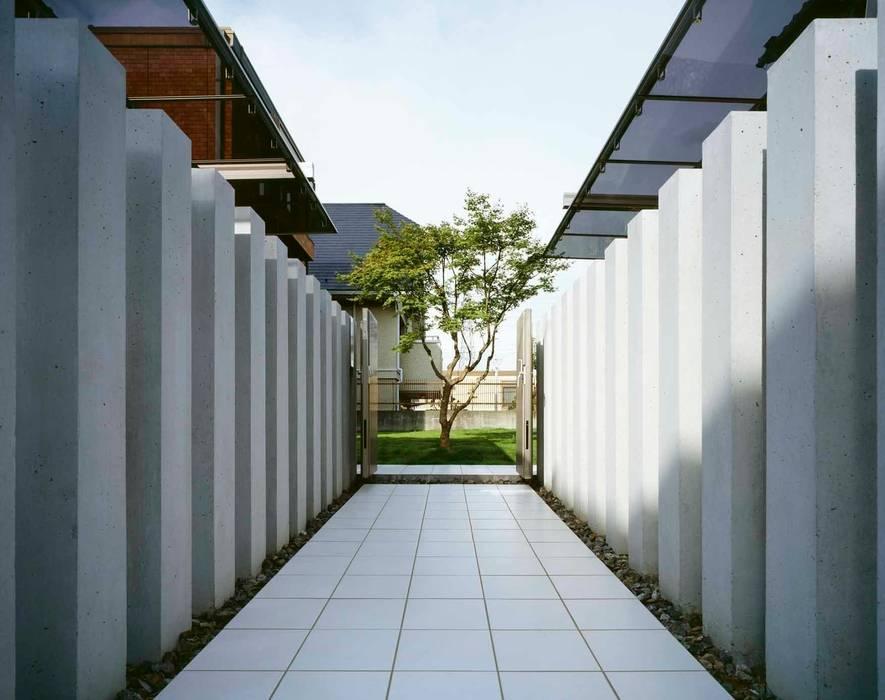 いざなう立柱のトンネル: sotoDesign  株式会社竹本造園が手掛けた家です。,モダン