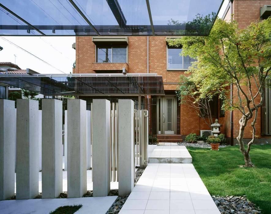 車庫奥から 玄関へ向かっての通路 モダンな 家 の sotoDesign 株式会社竹本造園 モダン