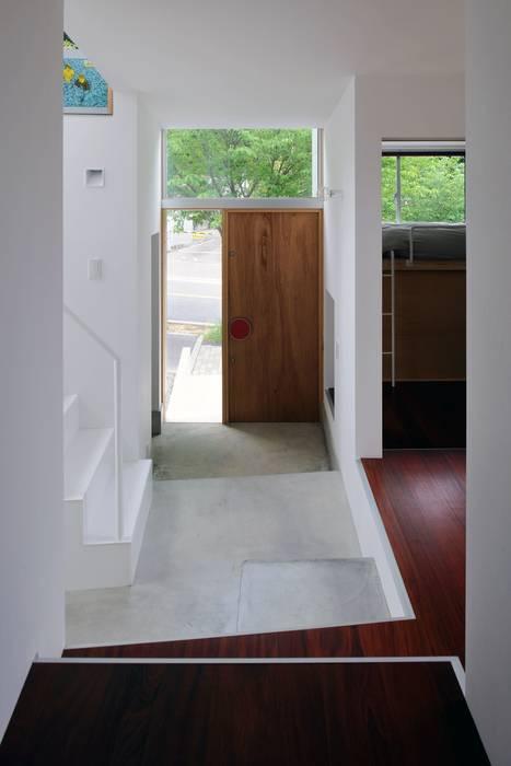 五月丘の家 - House of Satukigaoka モダンスタイルの 玄関&廊下&階段 の 林泰介建築研究所 モダン