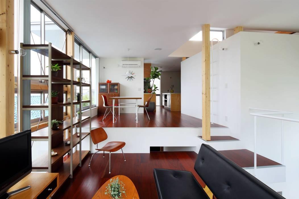 五月丘の家 - House of Satukigaoka モダンデザインの リビング の 林泰介建築研究所 モダン