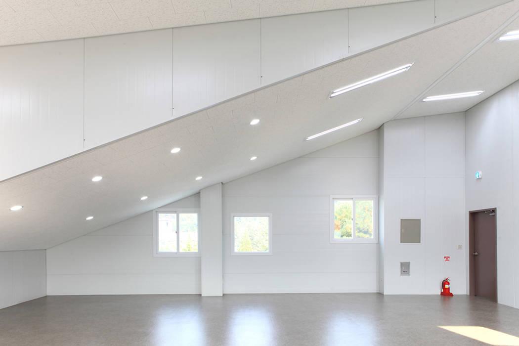 2층  근린생활시설: 현앤전 건축사 사무소(HYUN AND JEON ARCHITECTURAL OFFICE )의  서재 & 사무실,