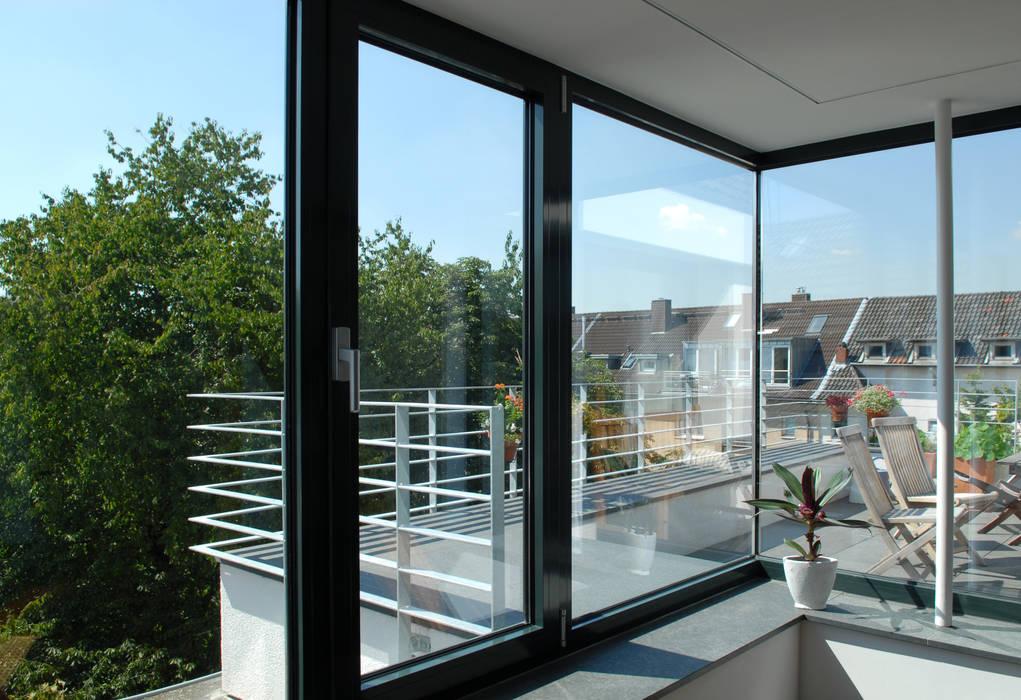 Corneille Uedingslohmann Architekten Modern style balcony, porch & terrace
