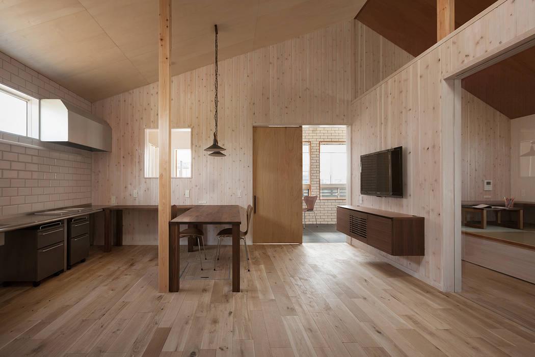 近江八幡の家・ダイニングキッチン モダンデザインの リビング の タクタク/クニヤス建築設計 モダン