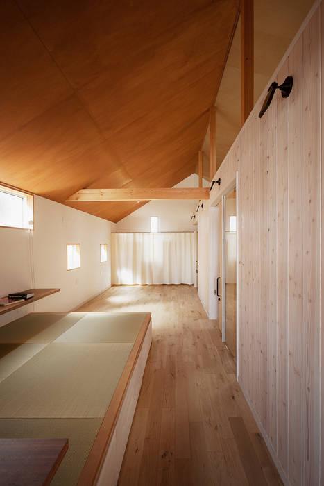 近江八幡の家・個室(寝室) オリジナルデザインの リビング の タクタク/クニヤス建築設計 オリジナル