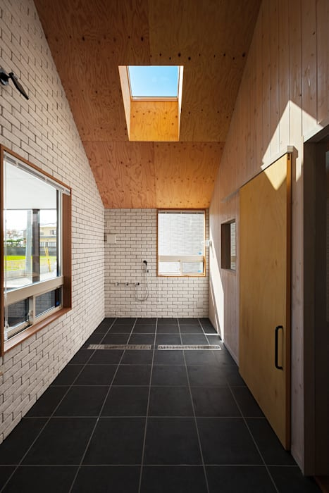 近江八幡の家・インナーテラス: タクタク/クニヤス建築設計が手掛けた浴室です。