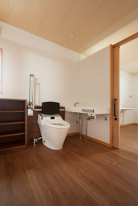 近江八幡の家・トイレ: タクタク/クニヤス建築設計が手掛けた浴室です。