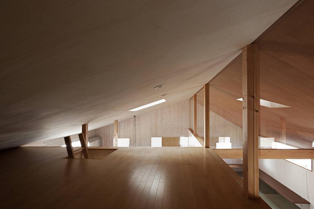 近江八幡の家・ロフト: タクタク/クニヤス建築設計が手掛けた和室です。