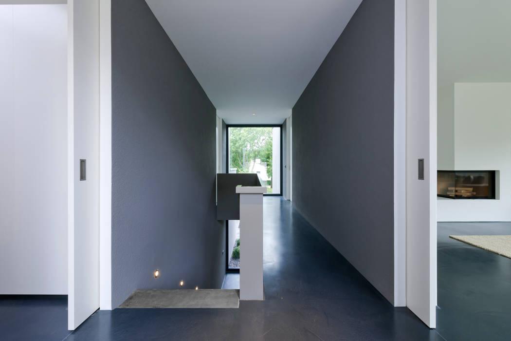 Architekturbüro Dongus Modern corridor, hallway & stairs