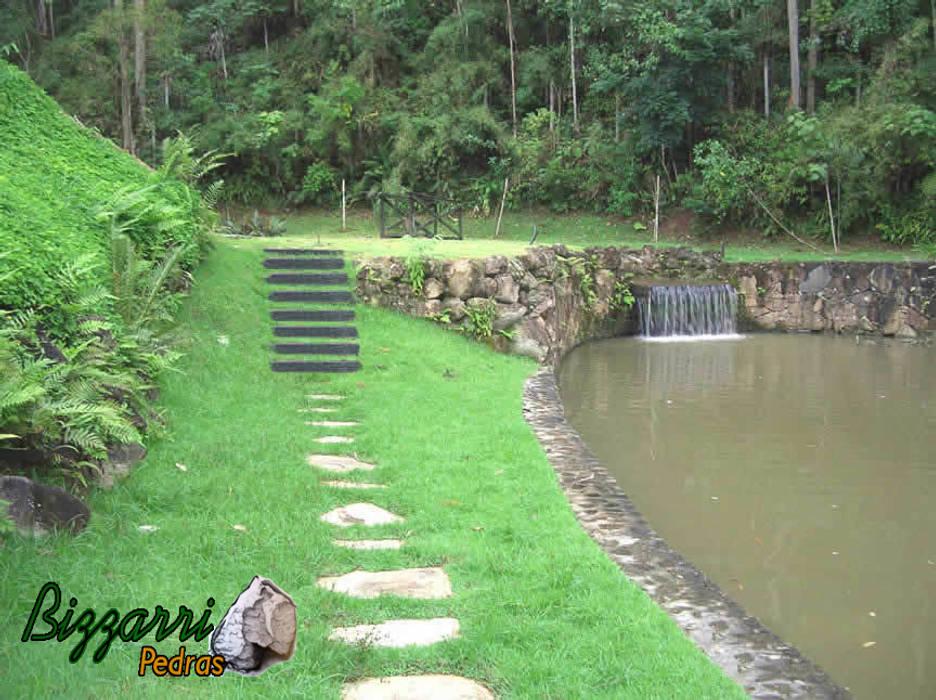 Muro de pedra para lago: Jardins  por Bizzarri Pedras