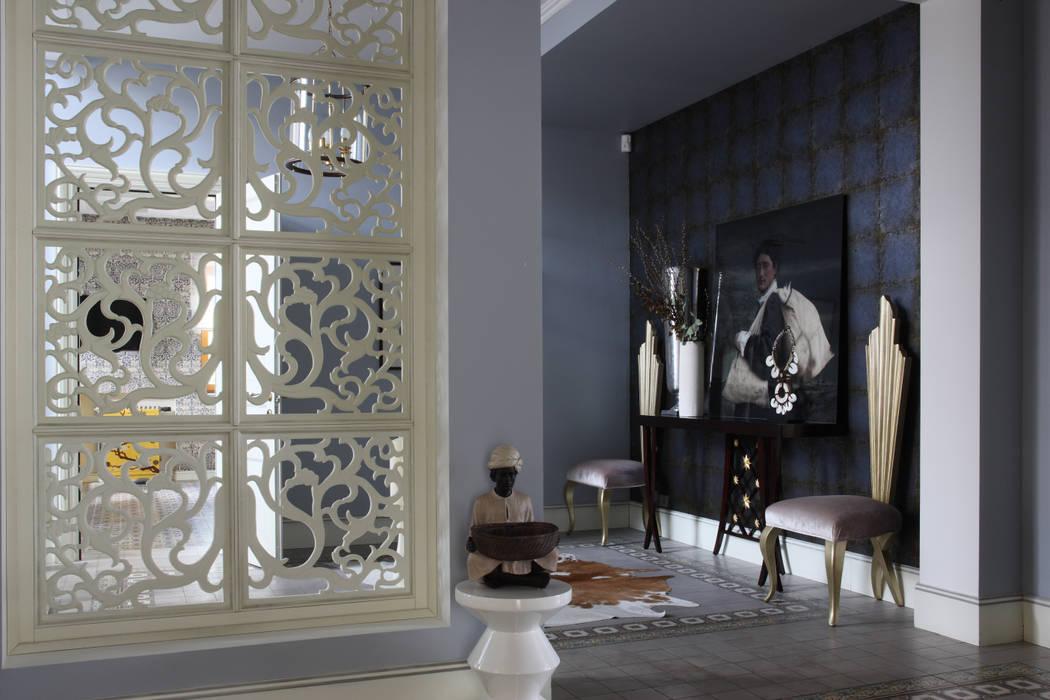 Загородный дом, Новая Рига: Коридор и прихожая в . Автор – Roberts Design