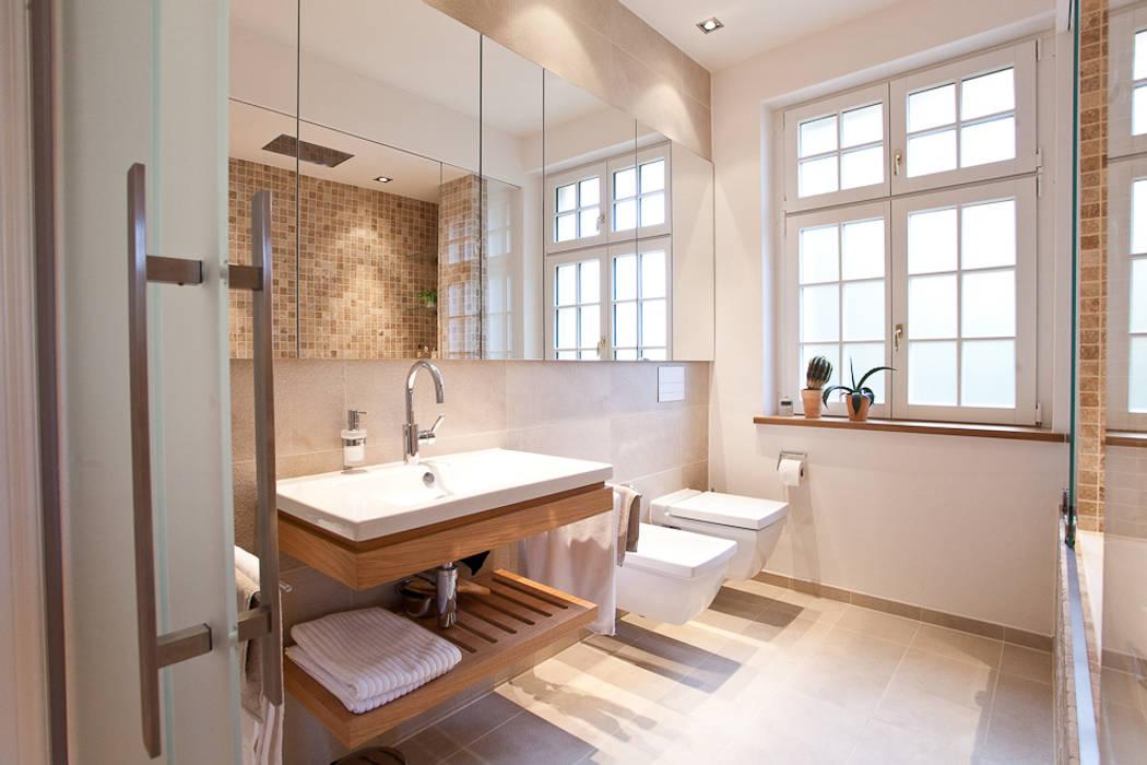 Sanierung wohngebäude: klassische badezimmer von xs-architekten   homify
