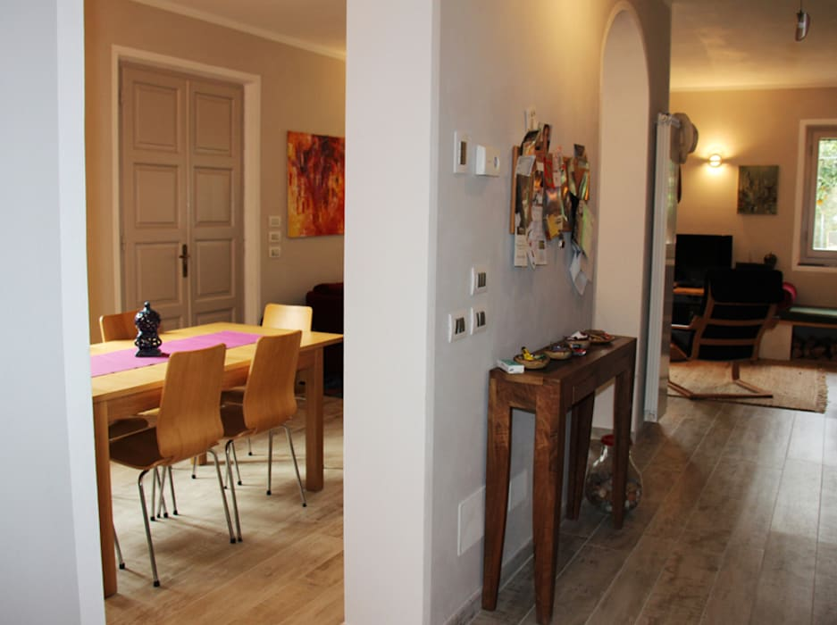 Corridoio di distribuzione: Ingresso & Corridoio in stile  di Aulaquattro