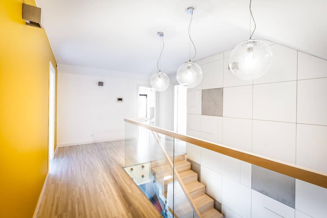 Dom z miętą Minimalistyczny korytarz, przedpokój i schody od COCO Pracownia projektowania wnętrz Minimalistyczny