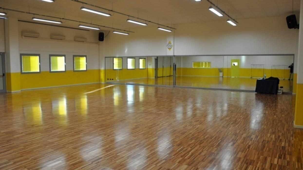 Progettazione scuola di danza a Brescia : Negozi & Locali commerciali in stile  di Geometra Toselli Luciano
