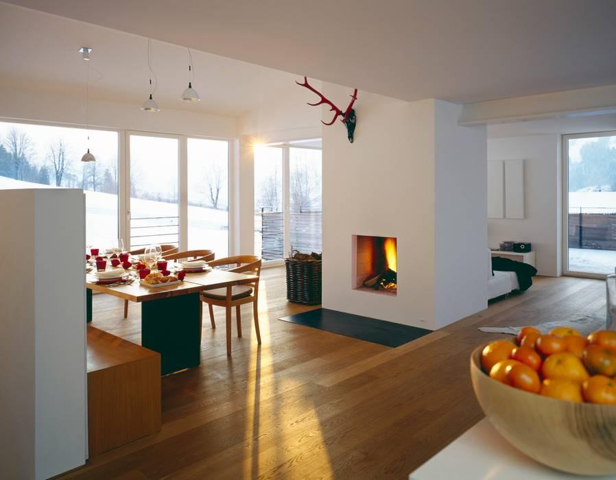 Blick in den Wohnraum zum offenen Kamin Klassische Wohnzimmer von Innenarchitektur + Design, Eva Maria von Levetzow Klassisch