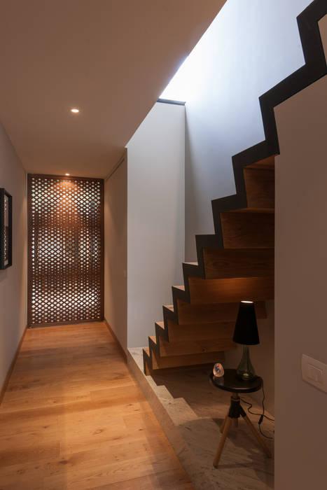 PH Andersen Pasillos, vestíbulos y escaleras de estilo moderno de Faci Leboreiro Arquitectura Moderno