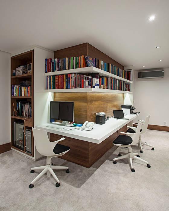 circulaçõa / escritorio: Escritórios  por korman arquitetos