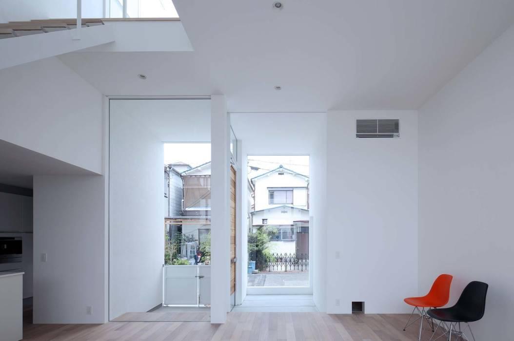永楽荘の家 - House of Eirakusou モダンデザインの リビング の 林泰介建築研究所 モダン