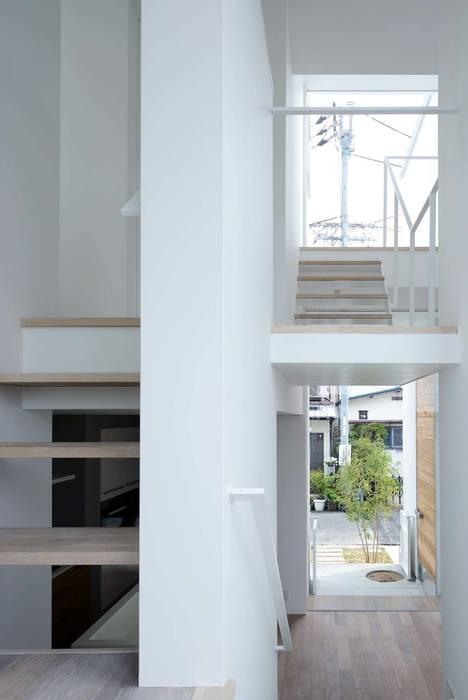 永楽荘の家 - House of Eirakusou: 林泰介建築研究所が手掛けた廊下 & 玄関です。