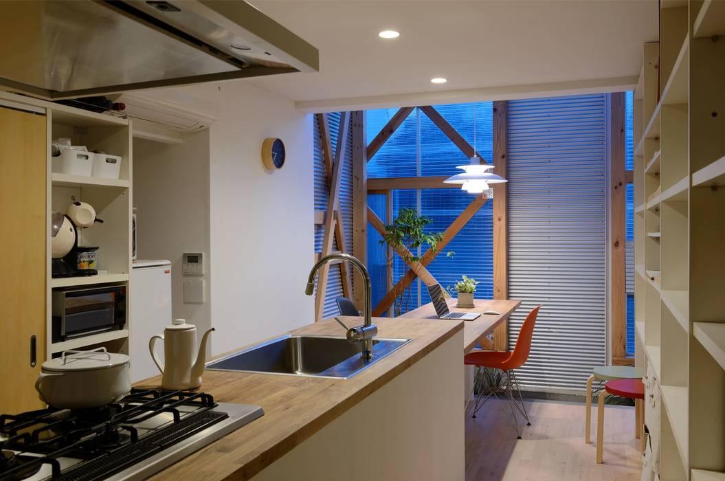 生野区 の長屋 - Row house of Ikunoku: 林泰介建築研究所が手掛けたキッチンです。