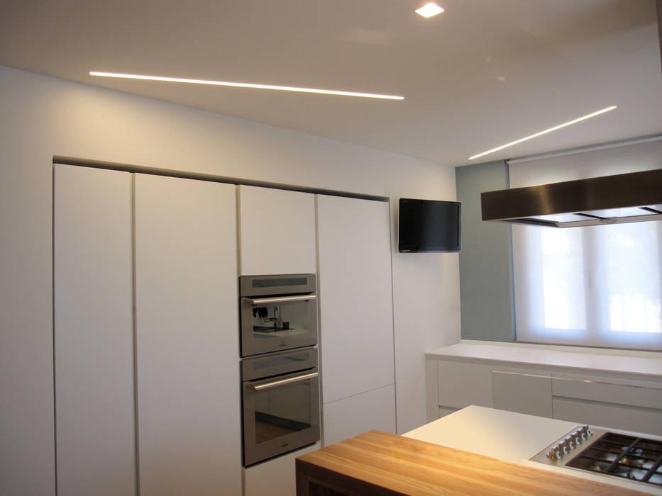 Parete attrezzata: cucina in stile di studio radicediuno ...