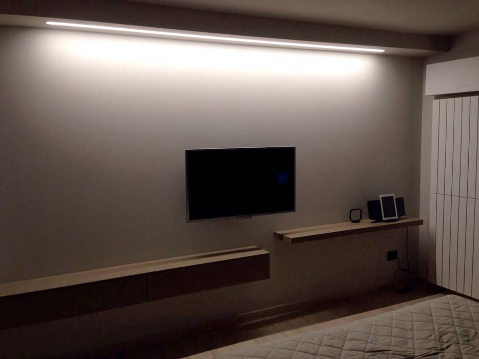 Illuminazione parete tv: camera da letto in stile di studio ...