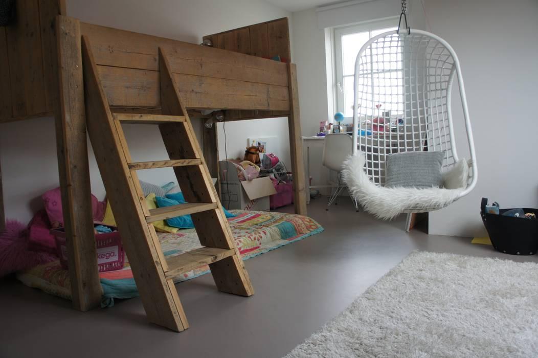 Kinderkamer met een gietvloer. :  Kinderkamer door Design Gietvloer, Modern