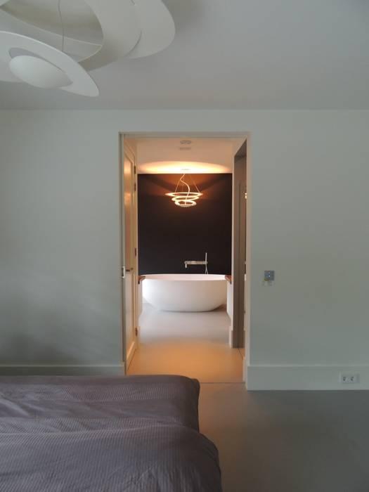 Doorkijk van de masterbedroom naar de badkamer Minimalistische slaapkamers van Design Gietvloer Minimalistisch