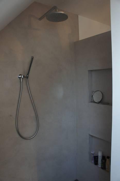 Inloopdouche met StoneWall Stuckwerk:  Badkamer door Design Gietvloer, Modern