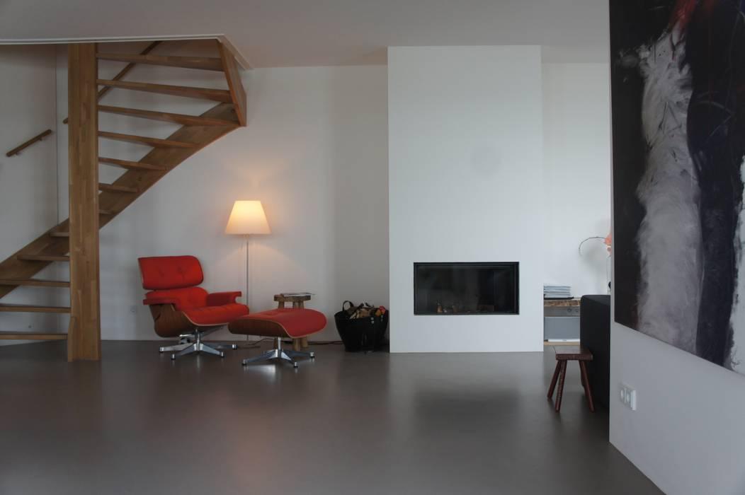 Mooie warmgrijze gietvloer. :  Woonkamer door Design Gietvloer