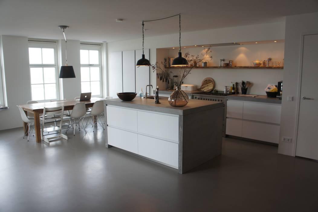 Leefkeuken met een gietvloer:  Keuken door Design Gietvloer