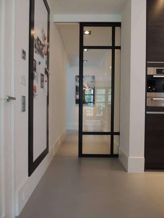 Schuifdeursysteem in een gietvloer verwerkt:  Keuken door Design Gietvloer