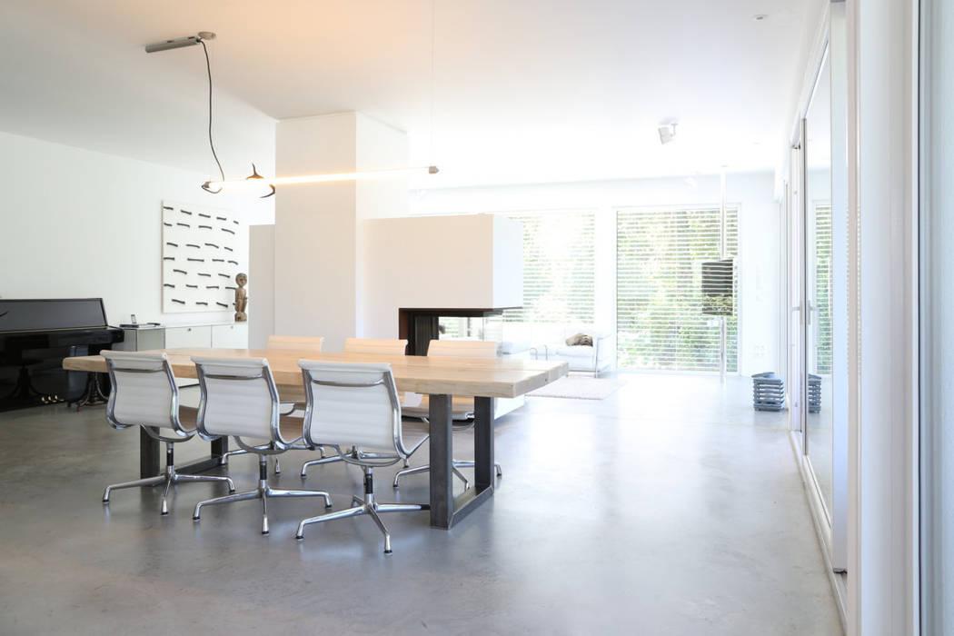 offenes Wohnen _ Bauhaus Villa in München 2P-raum® Architekten Minimalistische Esszimmer