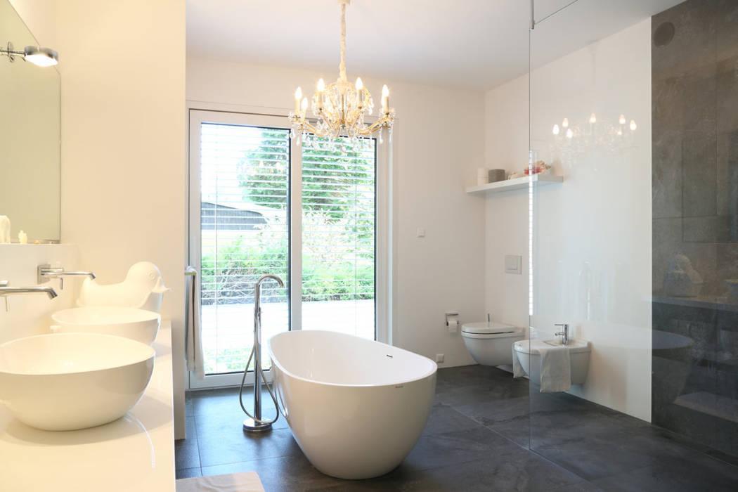 Wellnesbad _ Bauhaus Villa in München 2P-raum® Architekten Minimalistische Badezimmer