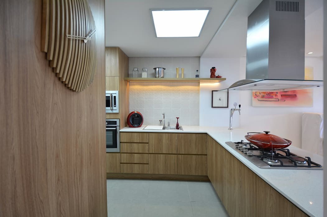 トロピカルデザインの キッチン の Michele Moncks Arquitetura トロピカル