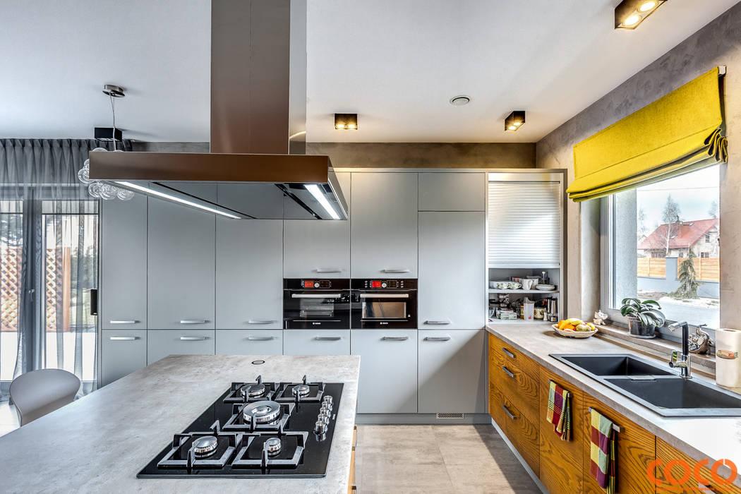 Dom w szarościach: styl , w kategorii Kuchnia zaprojektowany przez COCO Pracownia projektowania wnętrz