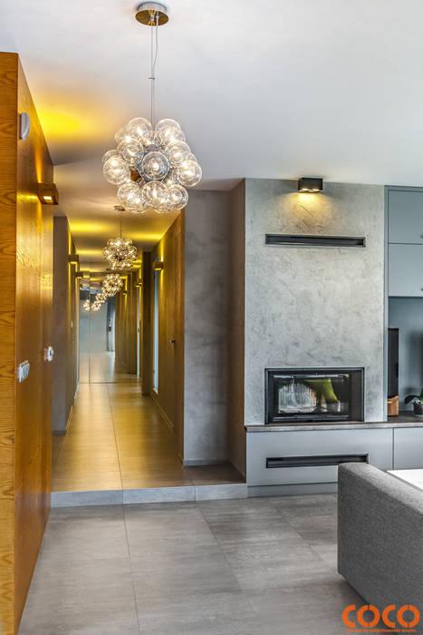 Dom w szarościach: styl , w kategorii Korytarz, przedpokój zaprojektowany przez COCO Pracownia projektowania wnętrz