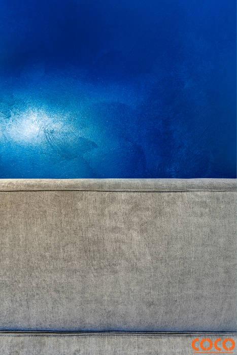 Dom w szarościach: styl , w kategorii Ściany zaprojektowany przez COCO Pracownia projektowania wnętrz
