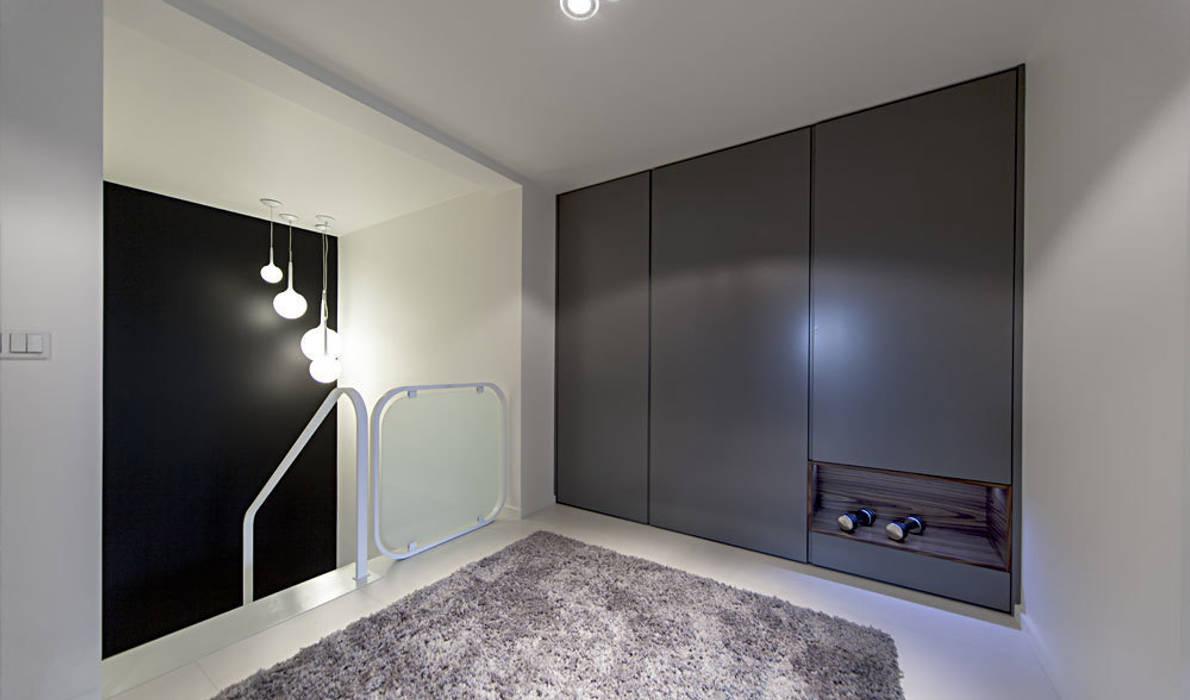 korytarz Minimalistyczny korytarz, przedpokój i schody od Anchal Anna Kuk-Dutka Minimalistyczny