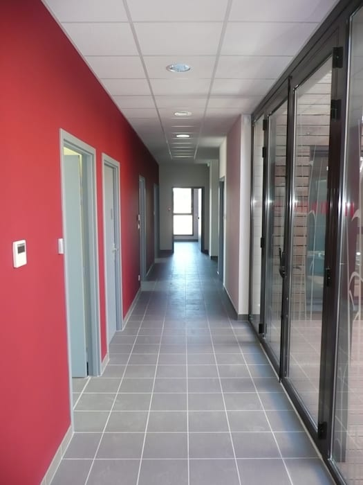 Couloir de desserte: Hôpitaux de style  par AGENCE D'ARCHITECTURE BRAYER-HUGON