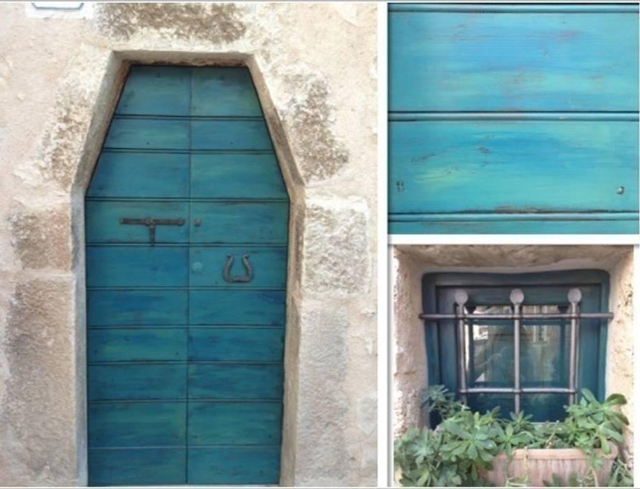 Il portoncino decapato Case in stile mediterraneo di Creazionedatmosfere Mediterraneo