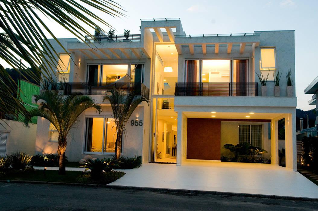 Atlântica 955: Casas modernas por FJ Novaes Light Projects