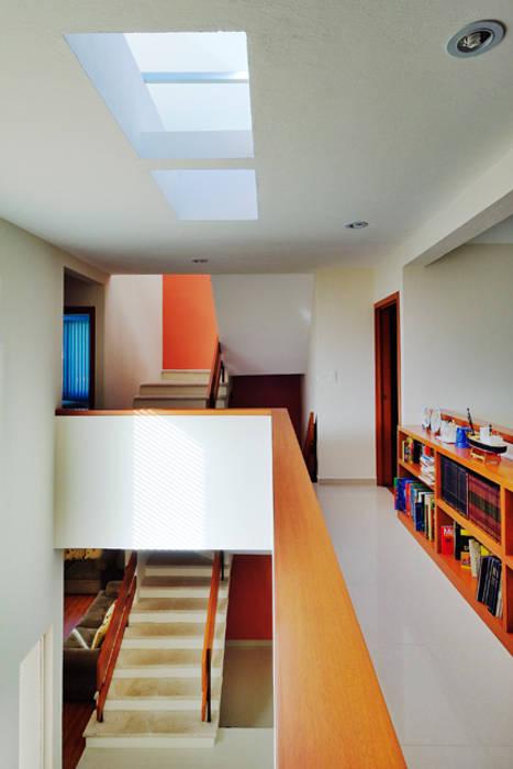 pasillo doble altura Pasillos, vestíbulos y escaleras modernos de Excelencia en Diseño Moderno
