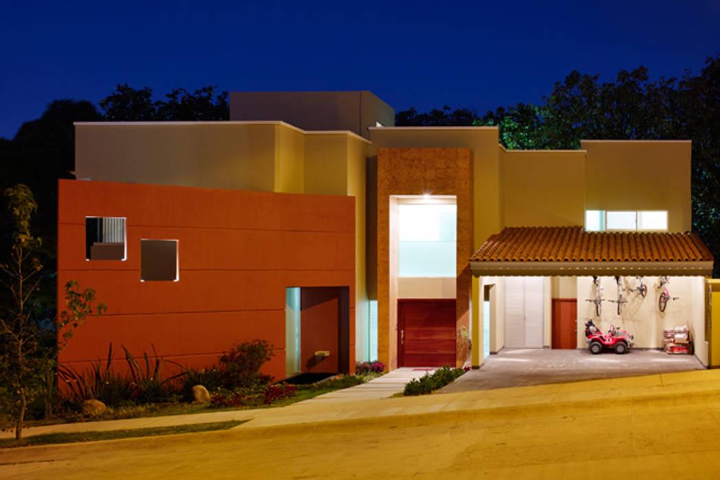 fachada: Casas de estilo  por Excelencia en Diseño,