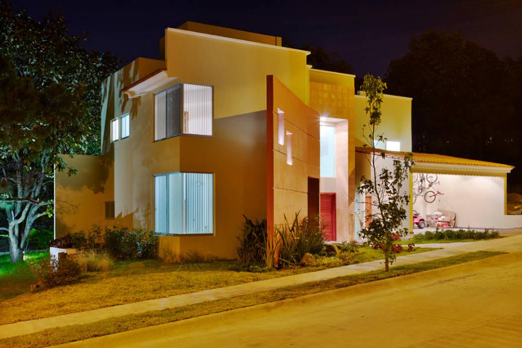 fachada lateral Casas modernas de Excelencia en Diseño Moderno