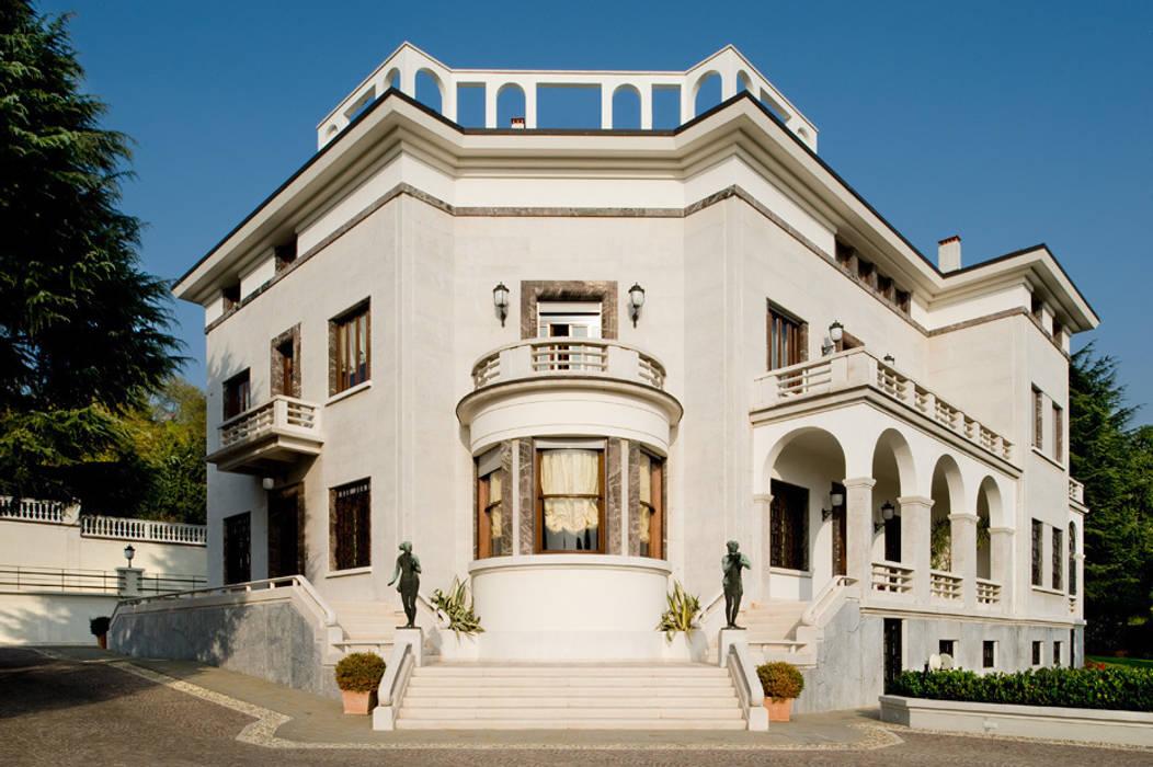 VISTA ESTERNA: Case in stile in stile Classico di Studio Architettura Carlo Ceresoli