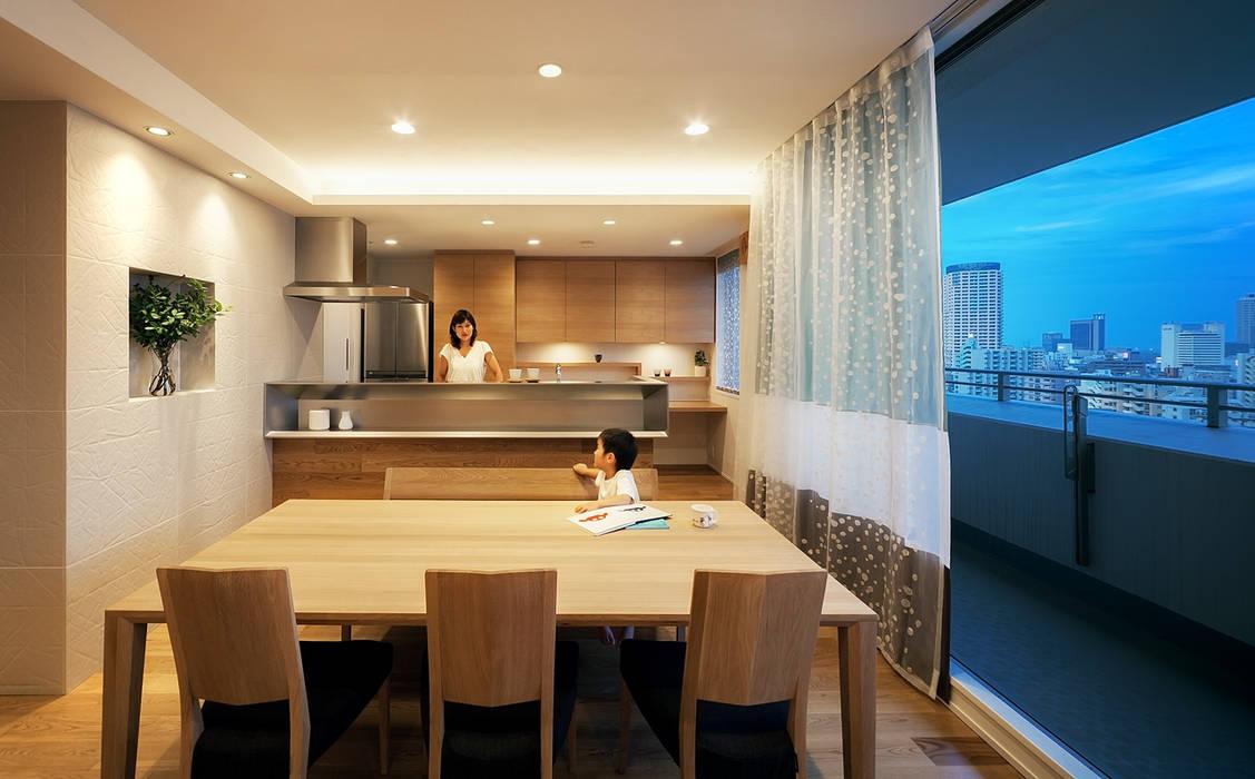 山本通の家 リビングよりキッチンを見る 北欧デザインの ダイニング の 株式会社seki.design 北欧