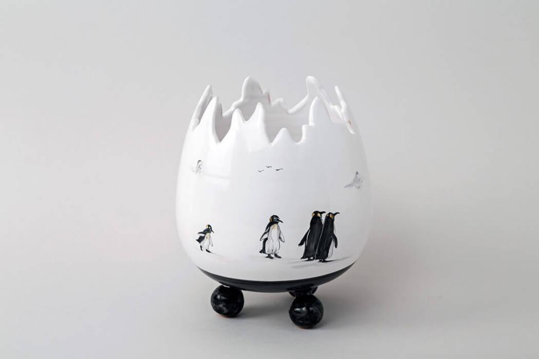 Atelier Soleil - Vase  « œuf », décor Pingouins: Salle à manger de style  par Atelier Soleil